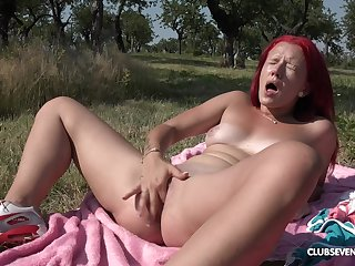 Outdoor satisfaction by finger fucking the pussy out adjacent to the sun