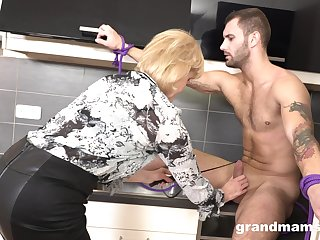 Strong stud drops a visit to mature housewife to polish her twat well