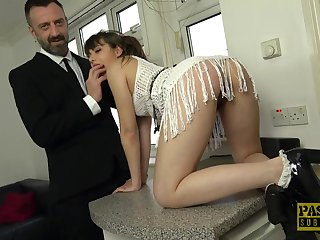 Amateur babe Luna Rival drops on the brush hands and knees for sex